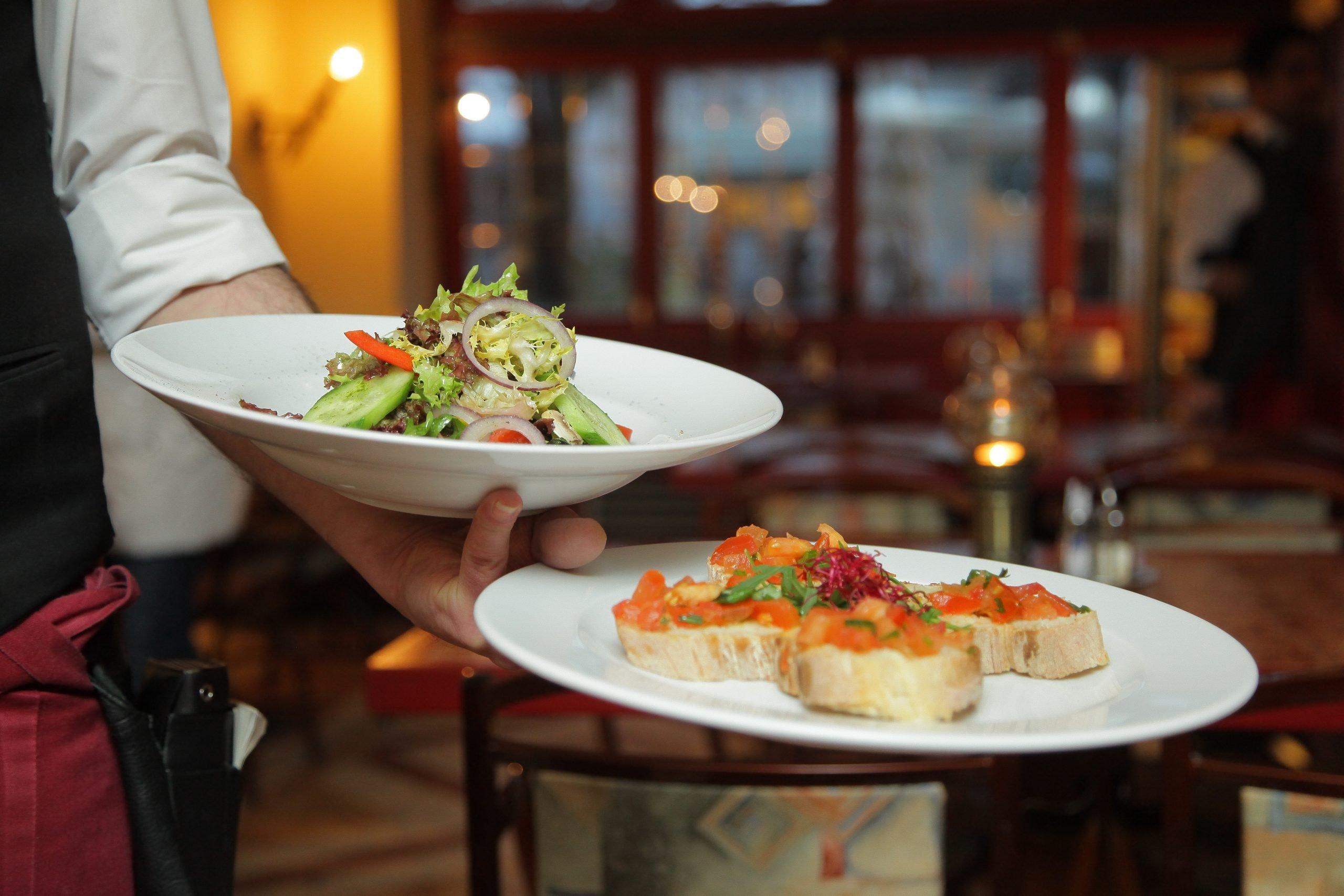 Waiter Plates Table